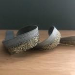 Biais élastique vert de gris et or